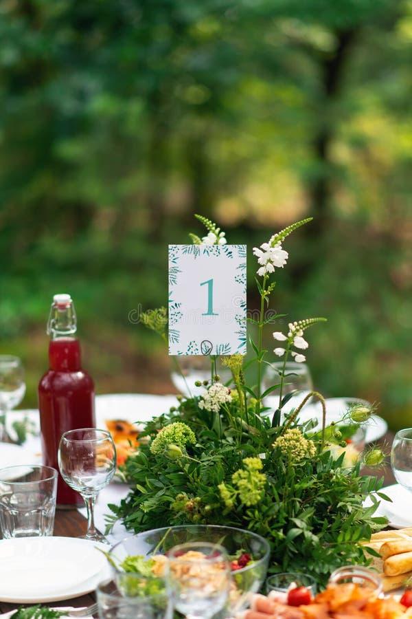 Disposizione elegante della tavola di nozze, decorazione floreale, ristorante Messa a punto della tavola di nozze immagine stock libera da diritti