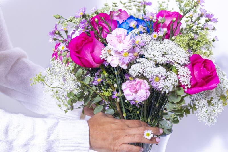 Disposizione floreale con le rose, i garofani e l'ortensia blu fotografia stock