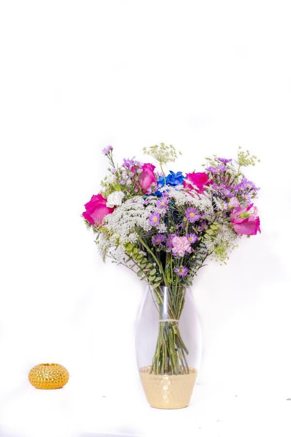Disposizione floreale con le rose, i garofani e l'ortensia blu fotografia stock libera da diritti