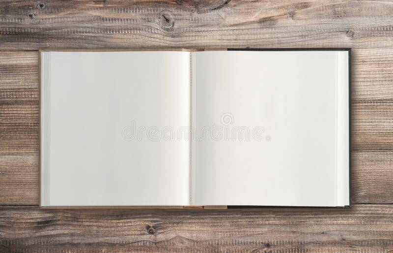 Disposizione minima del piano del fondo di legno del libro aperto fotografia stock