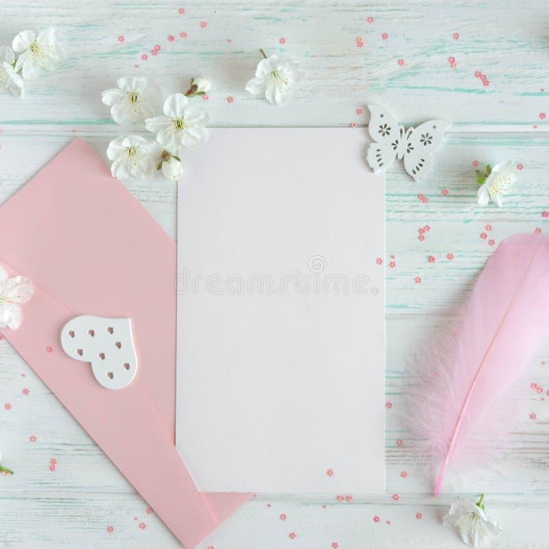 Disposizione per la cartolina d'auguri con i fiori Spazio in bianco alto falso, modello, struttura per una pagina del post del bl fotografie stock