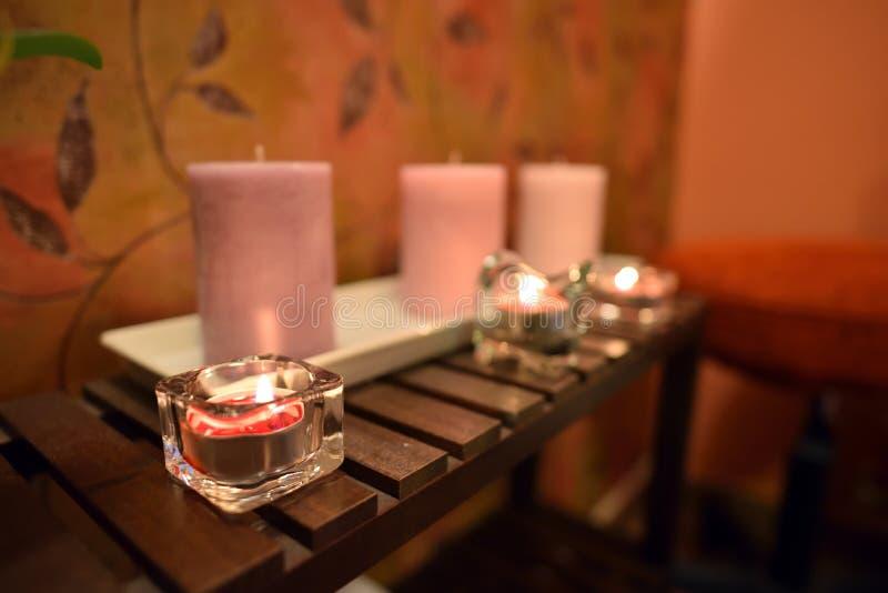 Disposizione per la stazione termale con le luci della candela immagini stock libere da diritti