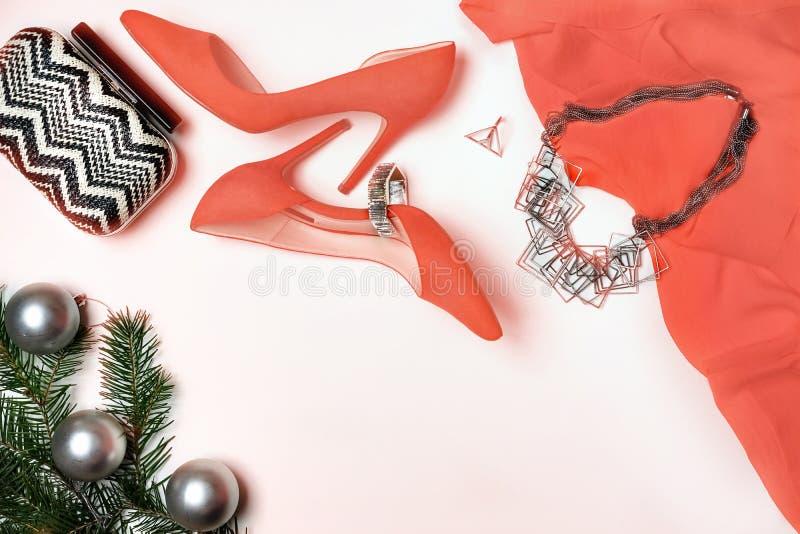 Disposizione piana al fondo bianco delle scarpe della composizione nell'attrezzatura della festa di Natale e del nuovo anno degli fotografie stock libere da diritti