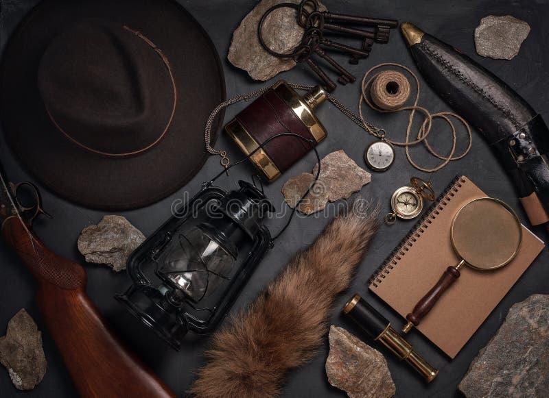 Disposizione piana con gli oggetti d'annata ad ovest selvaggi Esplorazione, avventura immagini stock