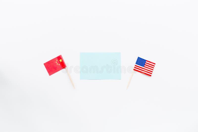 Disposizione piana creativa di vista superiore della Cina e bandiera di U.S.A., modello e spazio della copia su fondo bianco nell fotografia stock libera da diritti