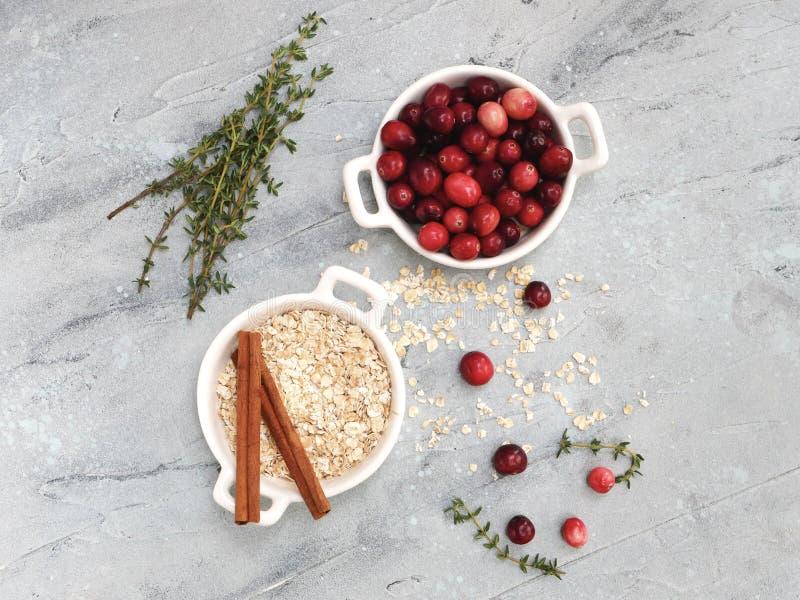 Disposizione piana degli ingredienti della torta dei mirtilli rossi immagini stock libere da diritti