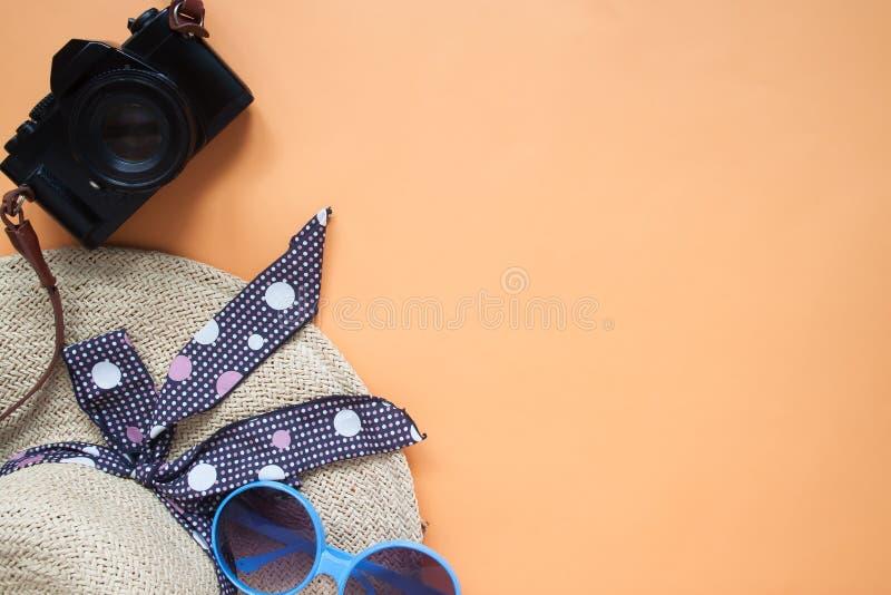 Disposizione piana degli oggetti di estate, della macchina fotografica, del cappello della spiaggia e degli occhiali da sole sopr fotografie stock