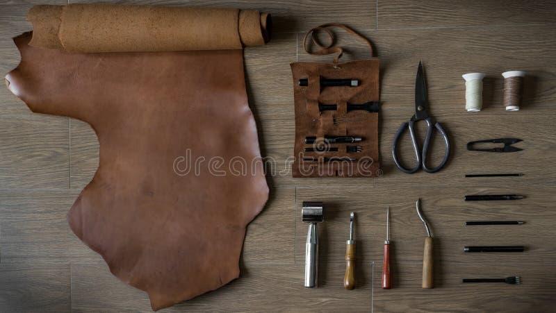 Disposizione piana del mestiere di cuoio, elaborante gli strumenti nel retro stile immagini stock