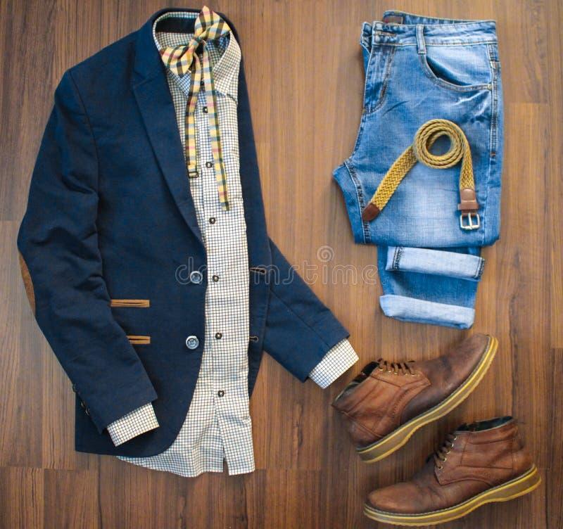 Disposizione piana dell'abbigliamento casual degli uomini messo e delle scarpe sulle sedere di legno marroni fotografia stock libera da diritti
