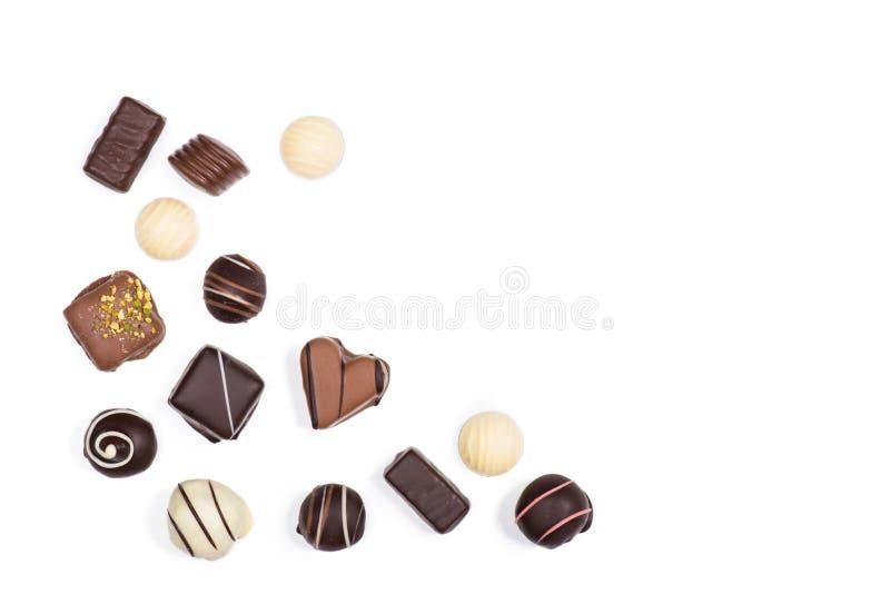 Disposizione piana dell'assortimento delle caramelle di cioccolato deliziose dolci fotografie stock libere da diritti