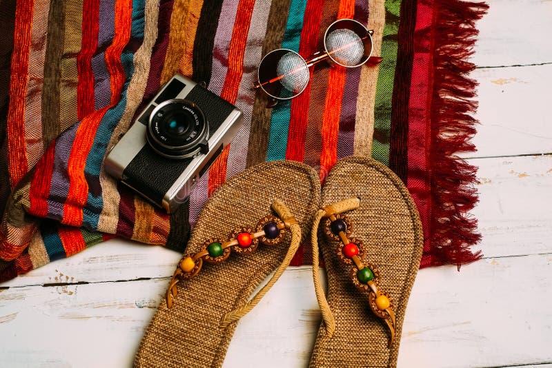 Disposizione piana della macchina fotografica di modo di estate, degli occhiali da sole e di altri accessori della ragazza su fon fotografie stock libere da diritti