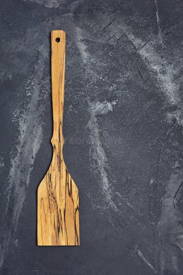Disposizione piana della spatola di legno fatta a mano di menzogne della cucina per cucinare fotografia stock