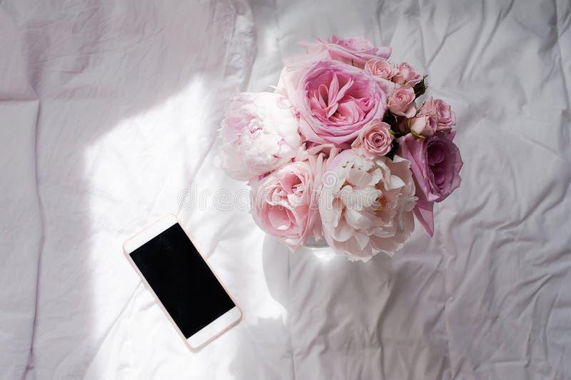 Disposizione piana di bellezza con il telefono ed il fiore immagine stock libera da diritti