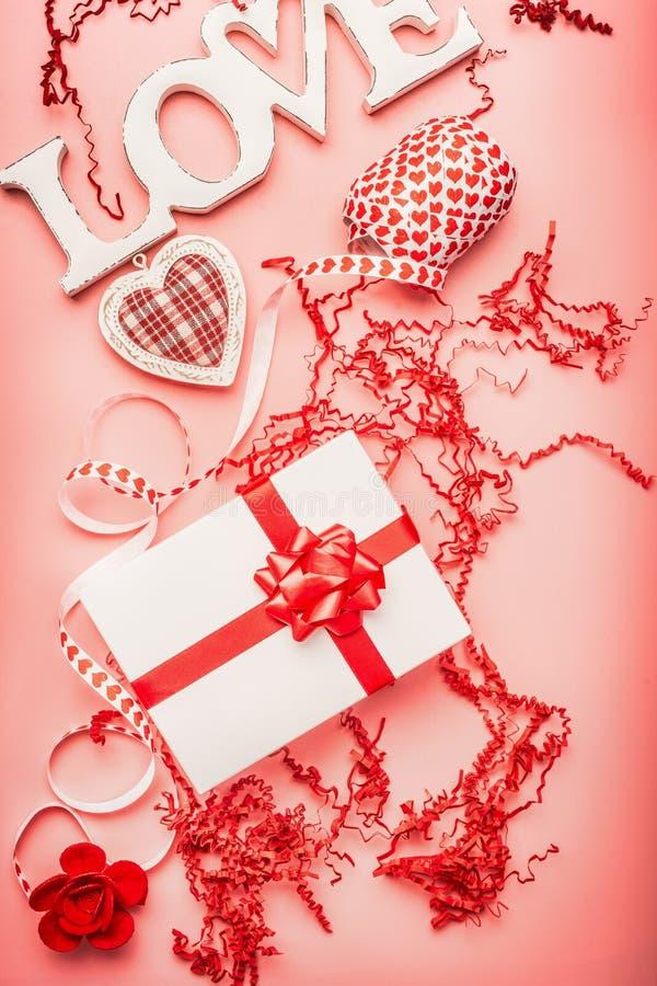 Disposizione piana di giorno di biglietti di S. Valentino con comporre romantico di amore di parola, di contenitore di regalo, di fotografia stock