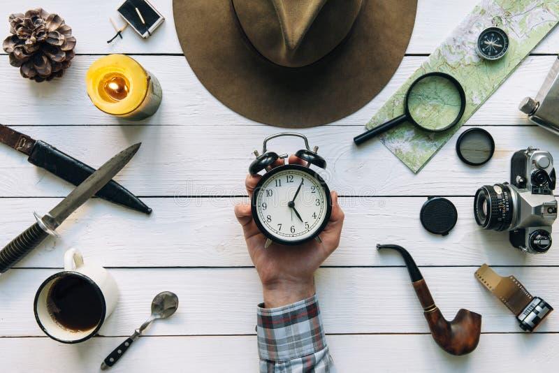 Disposizione piana di pianificazione di avventura Ingranaggio d'annata di viaggio sulla tavola di legno bianca Viaggiatore, mano  fotografie stock