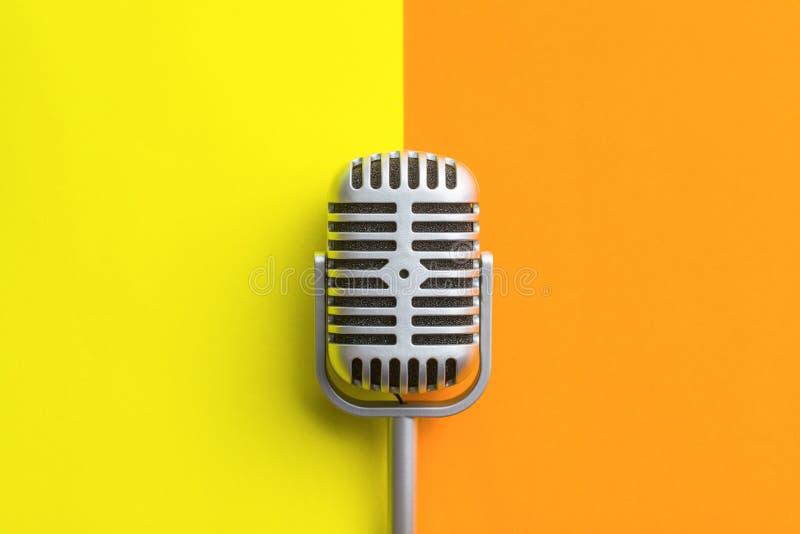 Disposizione piana di retro microfono immagine stock