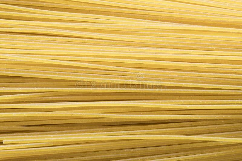 Disposizione piana, fine su, spaghetti crudi fotografie stock