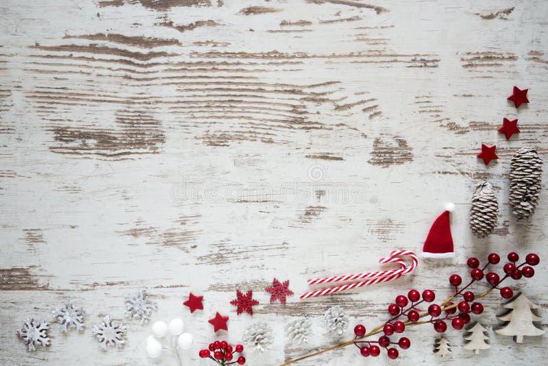Disposizione piana, fondo di legno bianco, decorazione di Natale, spazio della copia fotografia stock libera da diritti