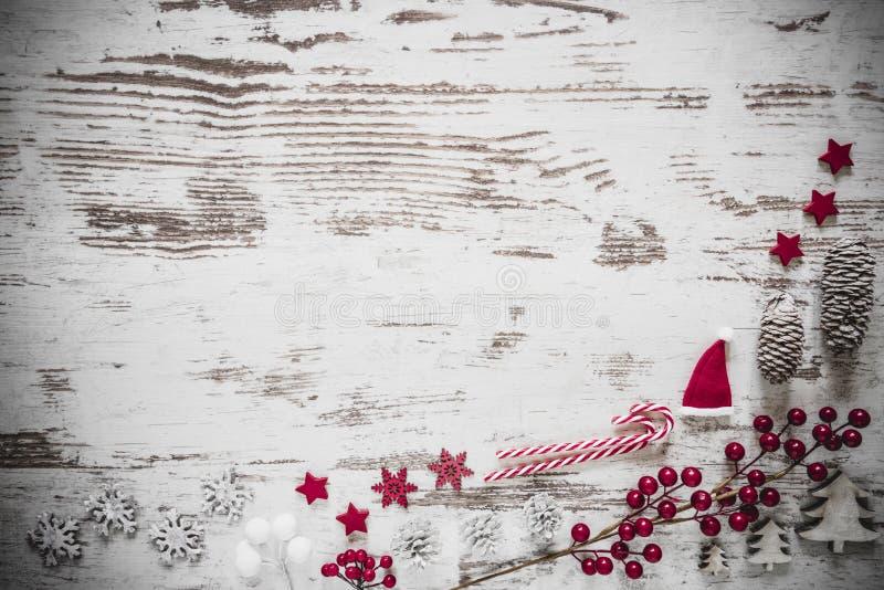 Disposizione piana, fondo di legno bianco, spazio della copia, decorazione di Natale immagine stock libera da diritti