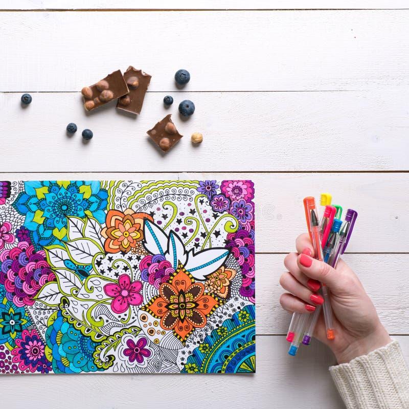 Disposizione piana, libro da colorare femminile dell'adulto di coloritura fotografia stock libera da diritti