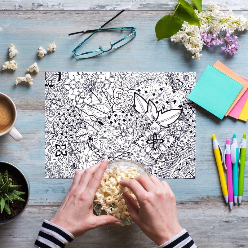 Disposizione piana, libro da colorare femminile dell'adulto di coloritura fotografie stock