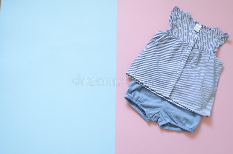 Disposizione piana, modo, rivista raccolta superiore dei vestiti della neonata del viev insieme dei vestiti della ragazza di modo fotografia stock libera da diritti