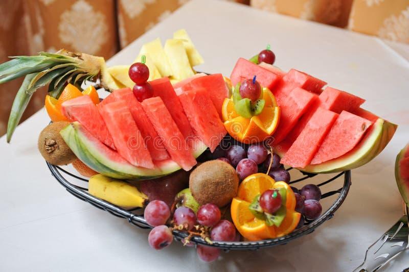 Disposizione scolpita di frutti Varia frutta fresca Assortimento della frutta esotica immagine stock libera da diritti