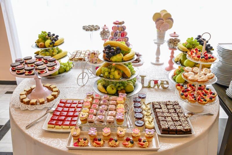 Disposizioni dei dolci per il ricevimento nuziale o i simili eventi fotografie stock