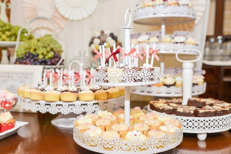Disposizioni dei dolci per il ricevimento nuziale o i simili eventi fotografia stock