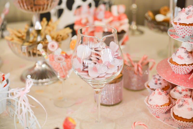 Disposizioni dei dolci sulla tavola fotografia stock libera da diritti