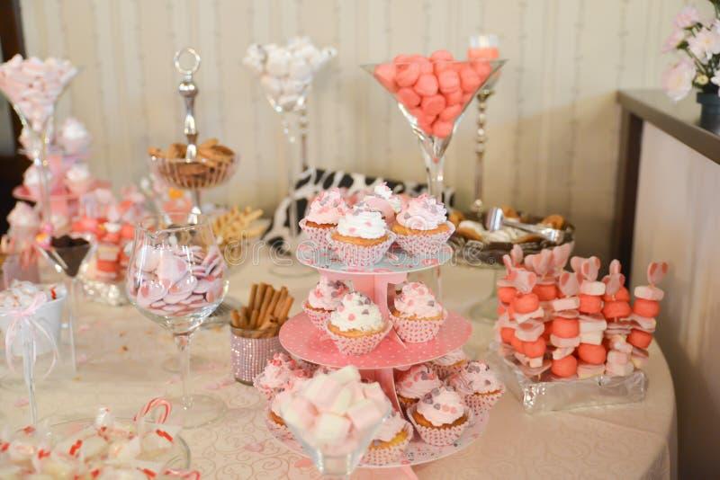 Disposizioni dei dolci sulla tavola fotografia stock