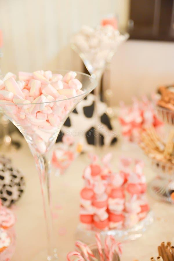 Disposizioni dei dolci sulla tavola fotografie stock