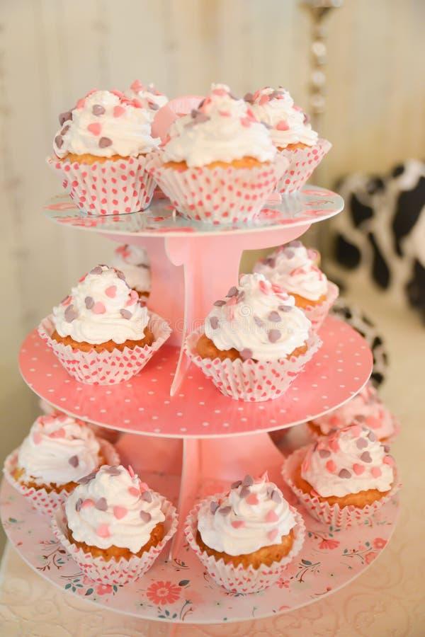 Disposizioni dei dolci sulla tavola immagini stock libere da diritti
