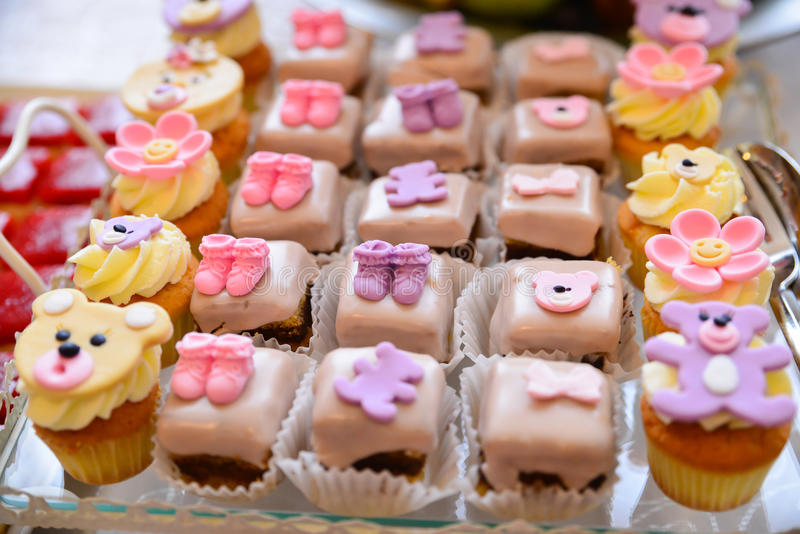 Disposizioni dei dolci sulla tavola immagine stock