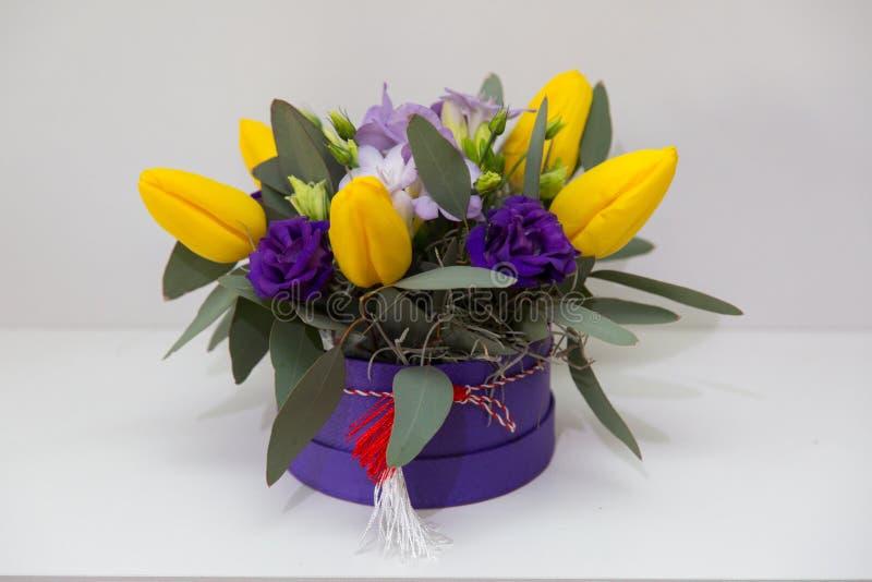 Disposizioni dei fiori della primavera immagine stock
