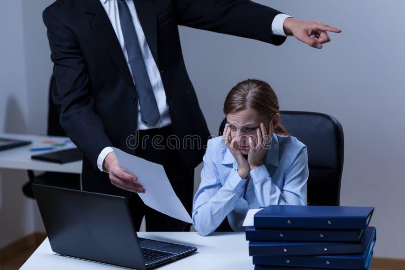 Disputa entre o chefe e o empregado fotografia de stock