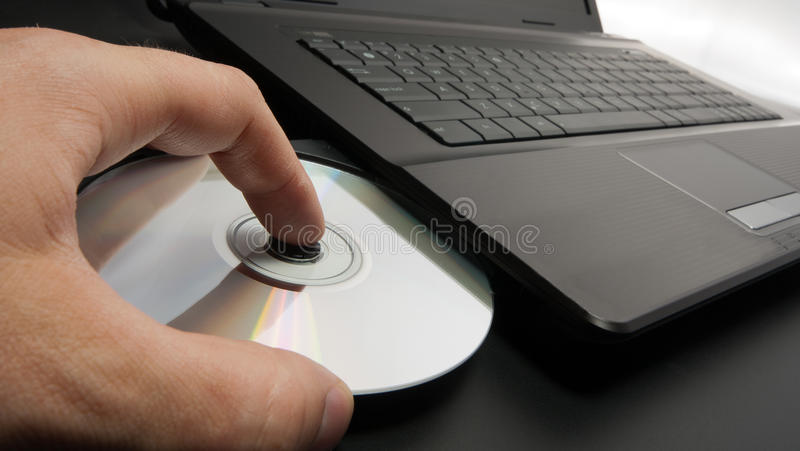 Disque de charge dans l'ordinateur portatif photo stock