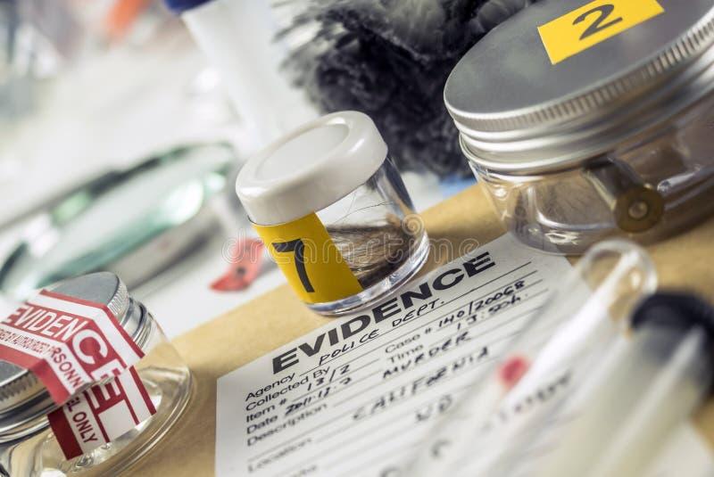 Disque de police avec quelques preuves médico-légales de meurtre à l'équipement légal de laboratoire photo stock