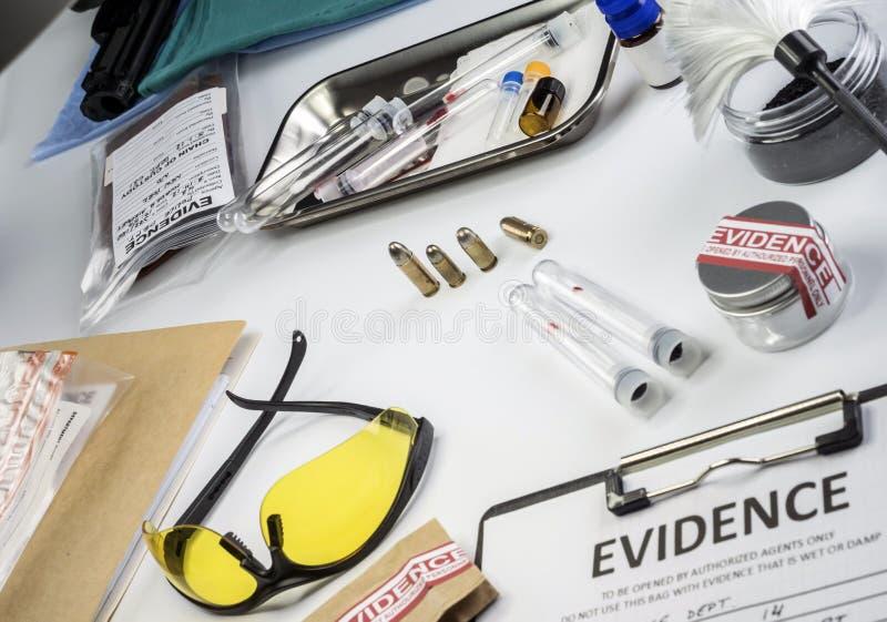 Disque de police avec quelques preuves médico-légales de meurtre à l'équipement légal de Laboratorio images stock