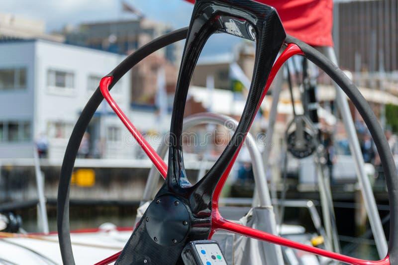 Disque 11 des avénerons XI cassant la victoire à Sydney à Hobart Yacht Race - maxi de pointe, fin de roue image stock