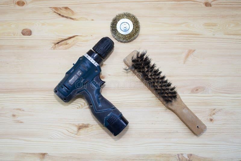 Disque en laiton, brosse en métal pour le brossage Bec sur la perceuse pour le champ Brossage de la texture de l'arbre photographie stock