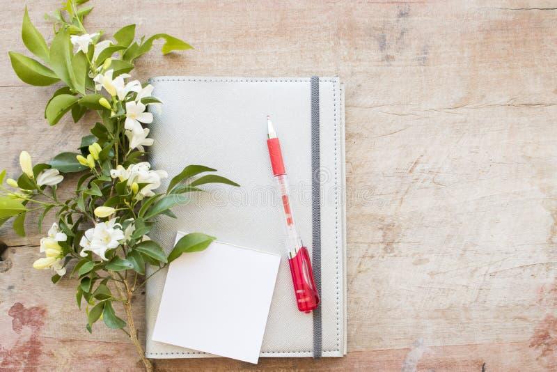 Disque mensuel de planificateur de carnet pour financier sur le bureau images libres de droits