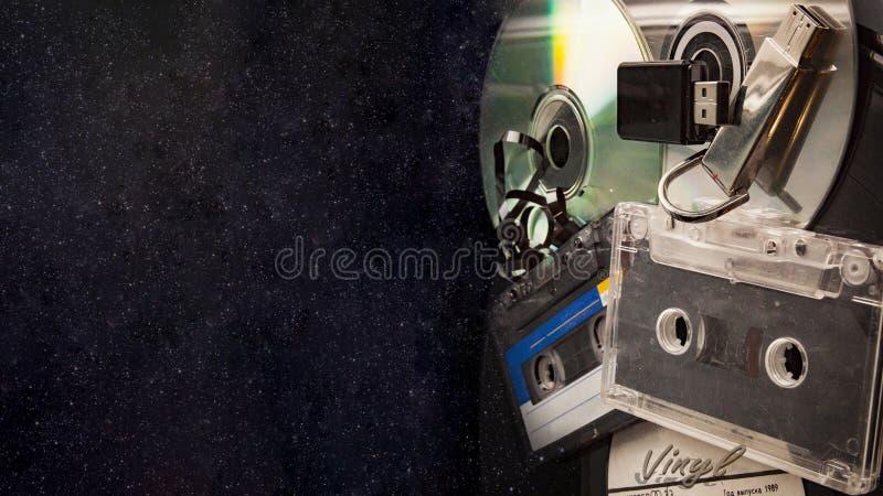 Disque vinyle d'assette de  de la bannière Ñ de musique, bande audio analogue et disque de CD images stock