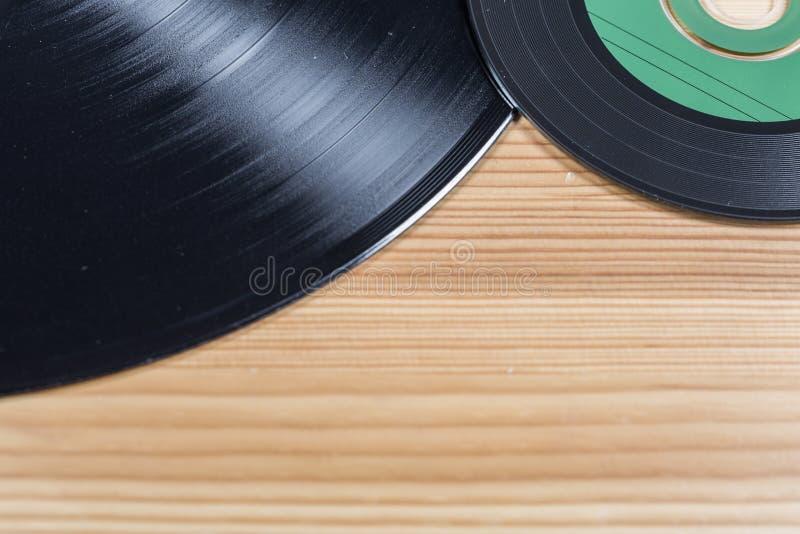 Disque vinyle et disque compact sur le bois photographie stock