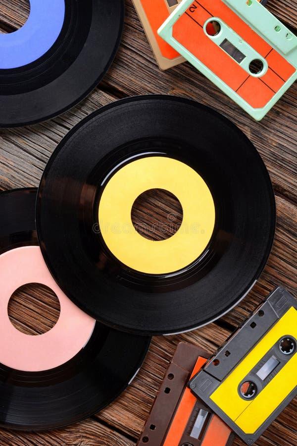 Disque vinyle sur la table image stock