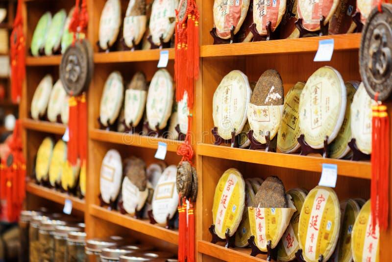 Disques du thé courrier-fermenté Yunnan Puer sur des étagères de magasin, Lijiang photographie stock