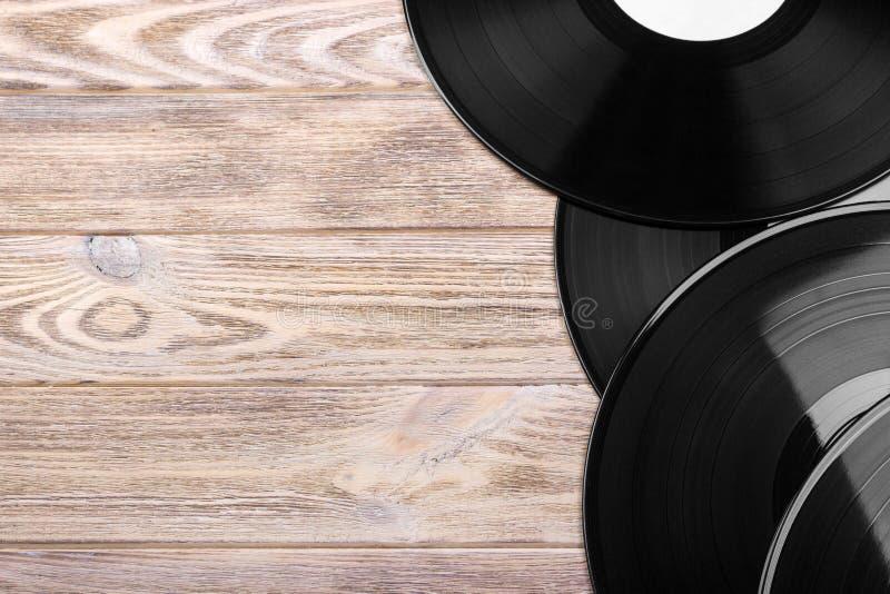 Disques vinyle noirs sur la table en bois, foyer sélectif avec l'espace de copie Vue supérieure photo libre de droits