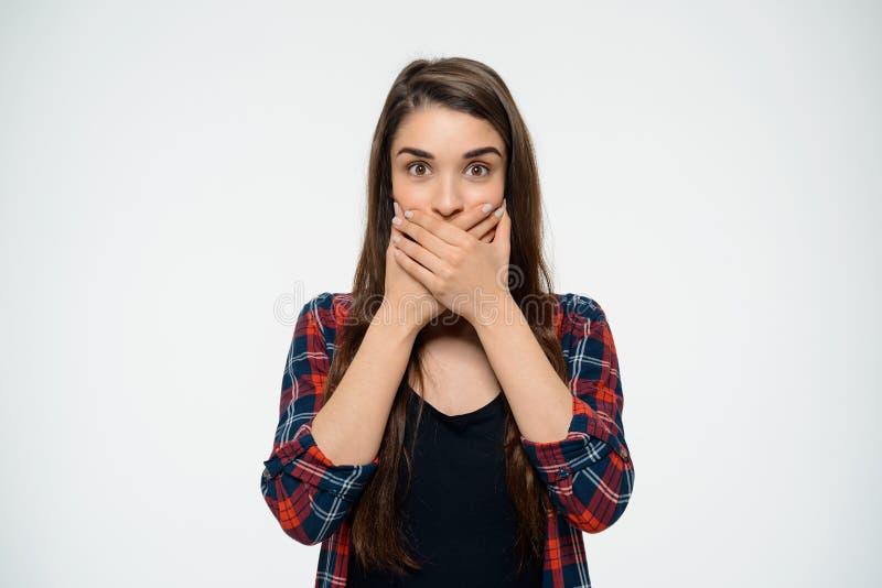 Dissapointed ung flicka som täcker hennes mun arkivfoto