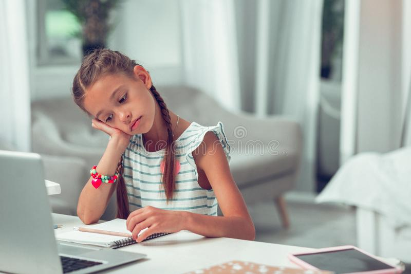 Dissatisfied ermüdete den Jahr-alten afroen-amerikanisch Studenten 10, der sich unglücklich wenn es Lektionen engagiert, tat lizenzfreies stockbild