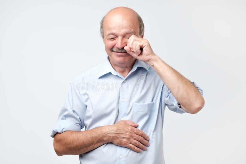 Dissatisfied ha sconcertato l'uomo senior che grida e che pulisce gli strappi fotografie stock